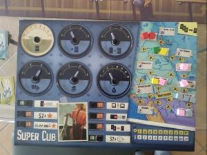 Cockpit dell'idrovolante con interruttori, lancette e località visitate segnate