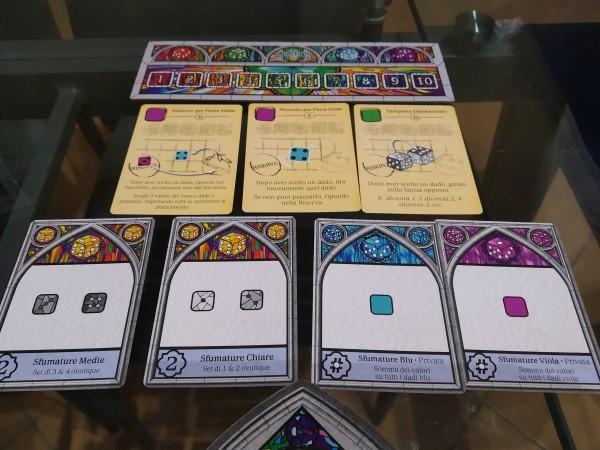 Due carte Obiettivo Pubblico a sinistra e due carte Obiettivo Privato. In alto. beige, le Carte Utensili