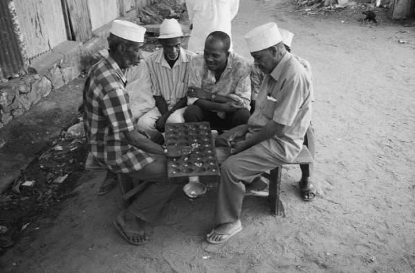 Anche Parlett ci parla del Mancala, un gioco antichissimo. I molti esempi e la grafica aiutano la comprensione (credit: ResearchGate)