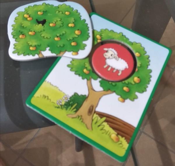 La pecora nascosta in un albero, appena scoerta