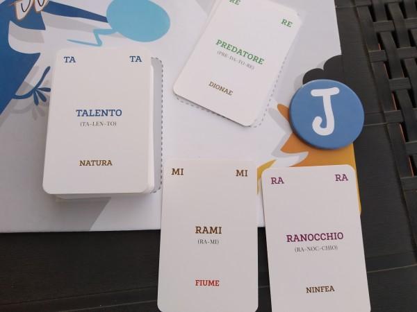 Suo del Jolly per creare una parola: in questo caso due carte proprie e una dagli scarti (obbligatoria).