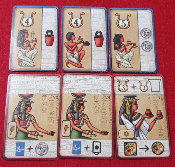 Le carte sono piene di simboli, ma ogni carta e simbolo sono spiegati nel regolamento. Dopo un po', una partita, si capisce la logica dietro l'iconografia