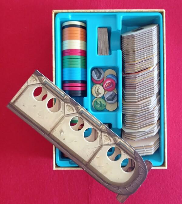 Tutto nella sua scatola, con gettoni divisi da uno scomparto a seconda del numero di giocatori