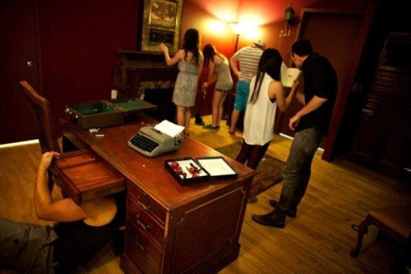 Giocatori impegnati in una escape room reale (credit: Vesuvio Live)