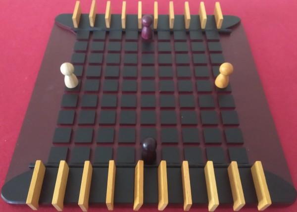 Tutto pronto per una partita a 4 giocatori. Ognuno avrà a disposizione 5 barriere, per il resto non cambia niente rispetto ad una partita a 2 giocatori