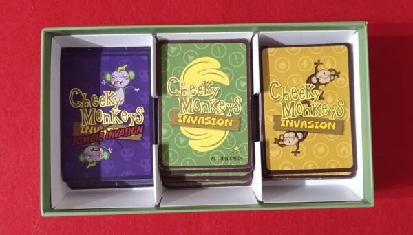 I setti laterali della robusta scatola permettono di maneggiare con facilità le carte, seppure tenendole in ordine.