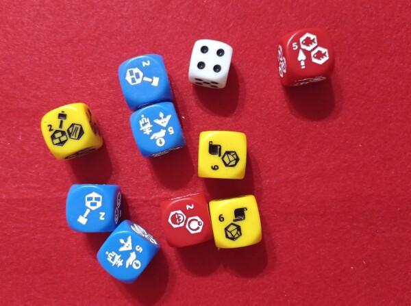 """I dadi per risorse e azione. Quello""""normale"""" è per le partite in solitario e dà un'idea delle dimensioni dei dadi speciali"""