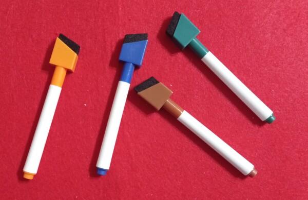 Carini i pennarelli con la spatoletta per cancellare (un foglio di carta cucina sarà più efficciente). Speriamo durino