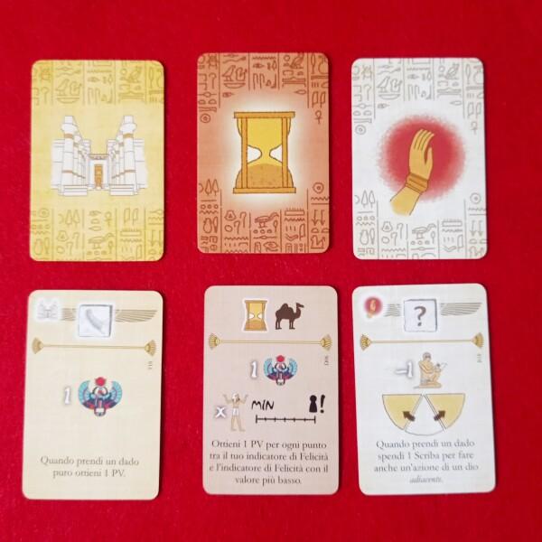 Le carte che poi andranno nella vetrina sul tabellone. Comode le scritte