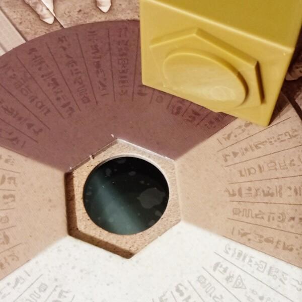 Questa immagine spiega come costruire il sistema tabellone-disco-obelisco