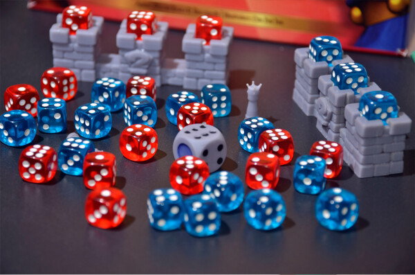 """Una miriade di dadi per 2 Kings, i soldatini del gioco, con il dado Elisir che assegna """"Punti Azione"""""""