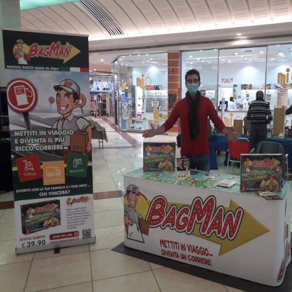 La promozione di Bag Man va avanti anche in presenza (credit: Bag Man Facebook page)