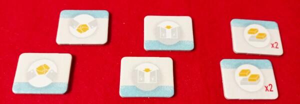Queste tessere si giocano coperte e determinano la scelta delel azione. Ce ne sono due per tipo a frotne di 3 azioni possibili.