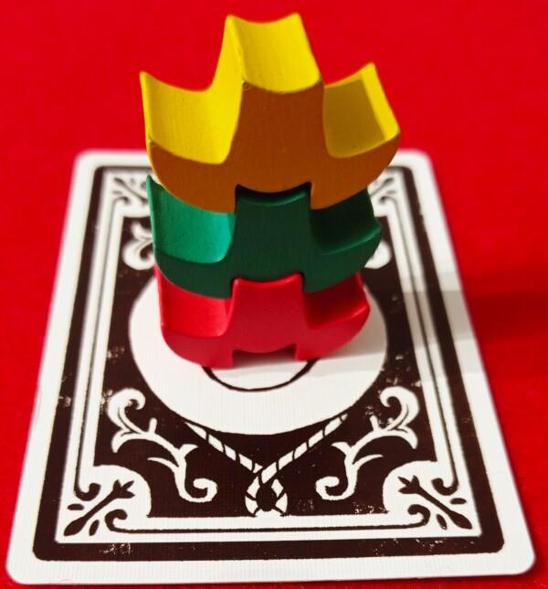 I cappelloni impilabili permettono di crare una classifica inversa. Il cappelone giallo era ò'ultimo in classifica e sarà il primo a riscegliere una Carta Personaggio