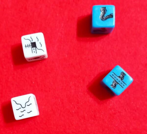 I dadi bianchi sono del gioco base, quelli blu sono introdotti dall'espansione, qui chiama Blu Profondo, che caraterizza il design della scatola. Sono 4 e 4