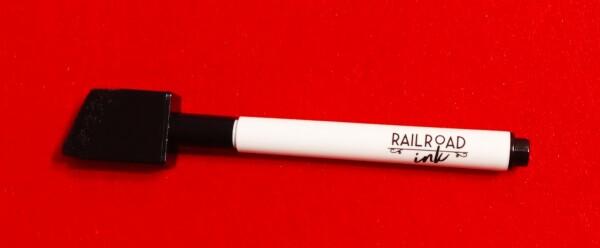 La penna con la scritta di Railroad Ink, il nome inglese del gioco. Guardate che bel tappo cancellino