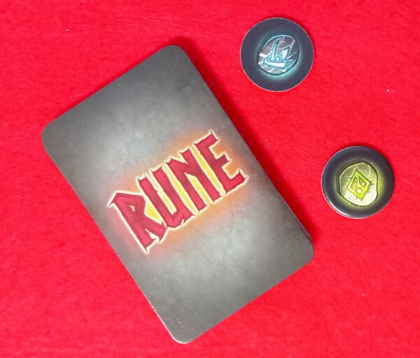 Il dorso delle carte e due gettoni da usare in una variante ancora più strategica e con più interazione tra i giocatori