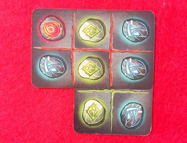 """Un altro modo di giocare una carta è quella di avere le rune confinanti dello stesso tipo: in questo caso verde e blu della carta """"coprente"""" sono uguali a quelle della carta coperta. Le rune rimaste sotto la carta giocata non hanno importanza"""