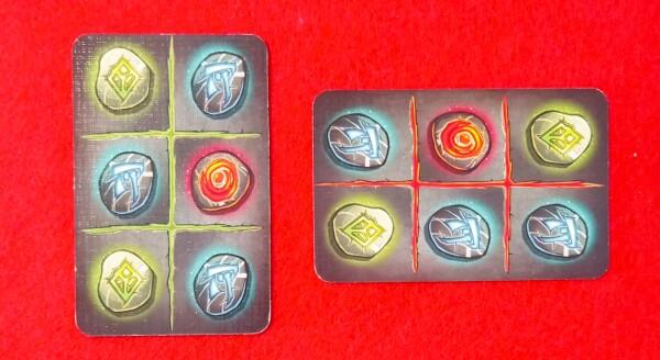 La carta a destra può essere giocata su quella a sinistra, la prima sul tavolo.