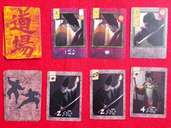 Una situazione di gioco: in alto le carte Palazzo, in basso quelle Guardia