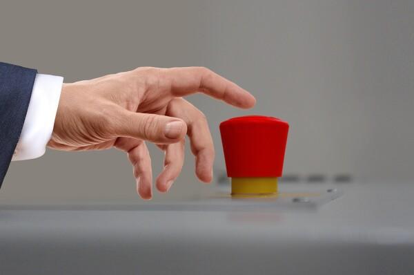 Il bottone rosso che ordina l'attacco nucleare. Sebbene ci sia questa paura da quando è stata inventata l'atomica, gli unici ordigni sono stati sganciati contro esseri umani solo quando la