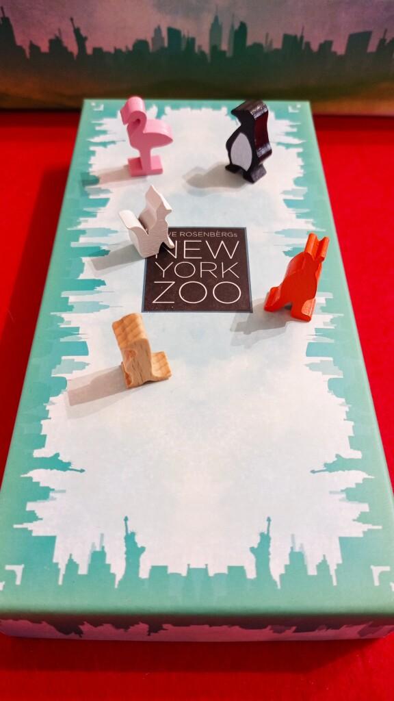 I cinque tipi di animali sulla scatola che li contiene durante il gioco