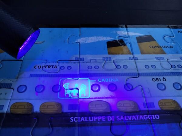 La luce della torcia svela i crocieristi all'interno della nave