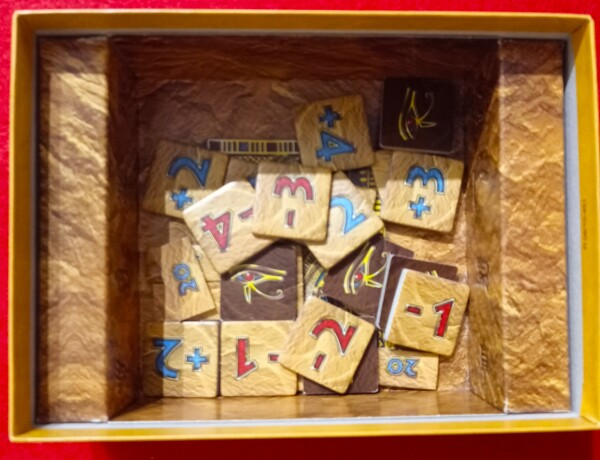 """L'interno della scatola con la """"buchetta"""" per le tessere"""