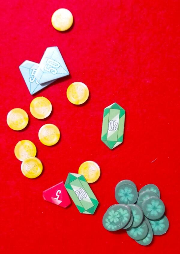 Oro, Diamanti, Rubini e Smeraldi sono tutte valute del mondo della magia, ma si gioca per la Gloria (segnalini in basso)