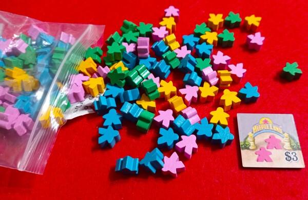 Meeple...meeple a tonnelate. Cubetti colorati avrebbero assolto alla stessa funzione, ma volete mettere meeple? Sono piccolini però e ci vuole pazienza per tenerli in piedi