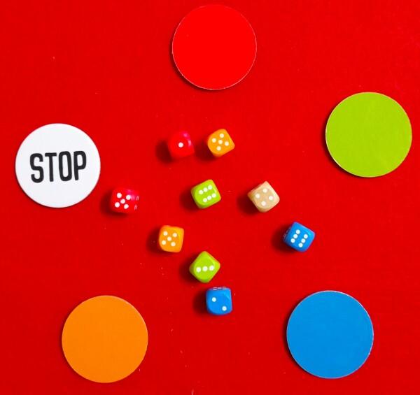 Il setup di un round. I giocatori in contemporanea cercano di abbinaee i dadi per trovare un numero richiesto dallo spinner. Trovata la cobinazione, prelevano il Segnalino Tondo del colore dei dadi