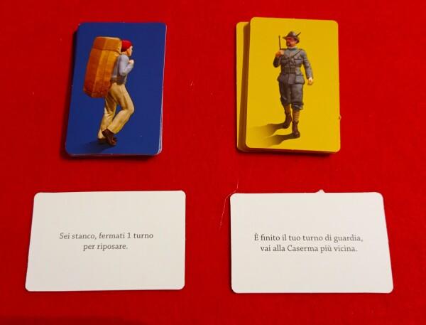 A sinistra le carte Imprevisto dei Contrabbandieri, a destra quello dei Finanzieri