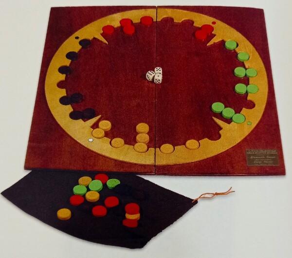 Il gioco contiene 6 tavolieri in carta plastificata per poter giocare ai giochi prospoti. L'autore ne ha costruiti alcuni in un modo molto curato