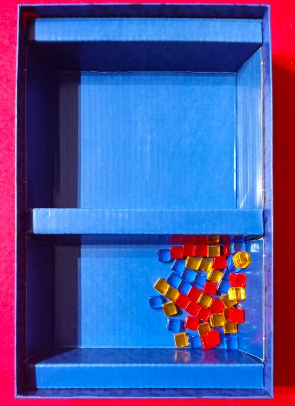 """Non èmchiarissimo ò'uso di nquesto setto (sostenere il tabellone?), però è un ottimo """"cestino"""" per i Cubetti"""