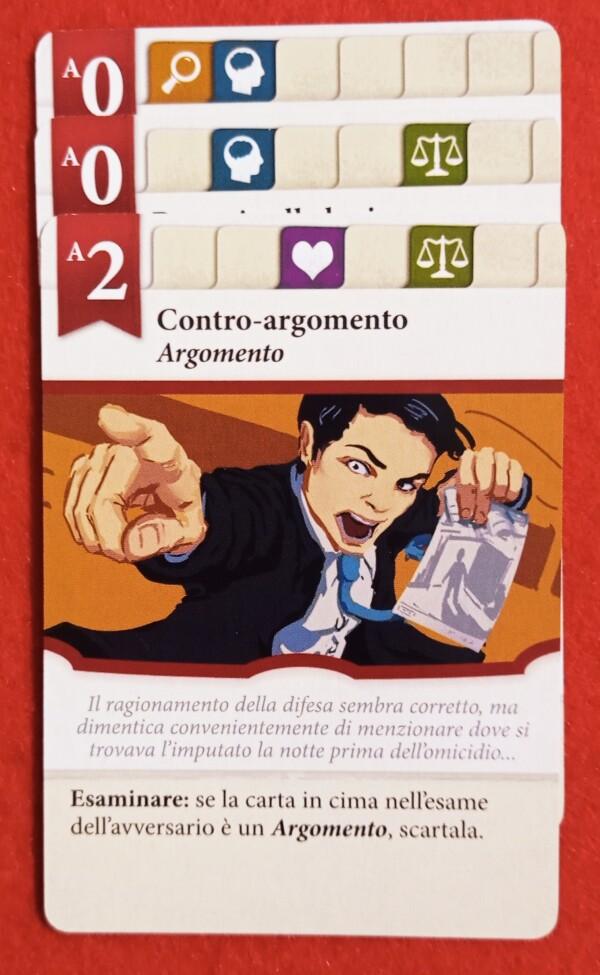 Una serie di carte una sopra l'altra, con i simboli che tracciano il filo logico, simulano la linea dell'accusa e della difesa